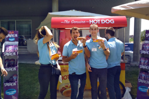 gente comiendo the genuine hot dog en accion de branding